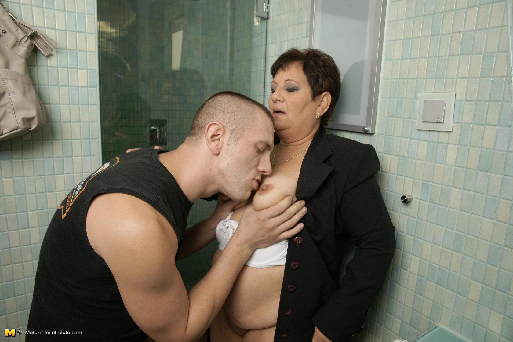 Трахнул тётку в туалете онлайн 1 фотография